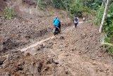 Jalan penghubung Kabupaten di Ganggo Mudiak Pasaman yang putus akibat longsor telah dapat dilalui roda dua (Video)