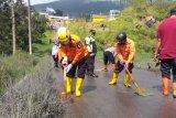 BPBD Banjarnegara bersihkan jalan dari lumpur sisa erupsi Kawah Sileri
