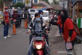SIBAT Palang Merah Indonesia secara aktif melakukan edukasi kepada masyarakat mengenai pentingnya menggunakan masker. Hal ini merupakan upaya demi untuk memutus rantai penyebaran COVID-19 di masyarakat. (Antara/HO/PMI/IFRC).