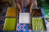 Pekerja menyusun kue ceper produksi Hj Atus yang siap di jual di Jalan Cemara Raya, Banjarmasin, Kalimantan Selatan, Jumat (30/4/2021). Kue ceper merupakan kue tradisional asal Banjar, panganan yang sebagian besar terbuat dari tepung beras yang di cetak di atas ceper (loyang) itu hanya dijual selama bulan Ramadhan dengan harga perloyangnya Rp240 ribu hingga Rp300 ribu tergantung besar kecilnya loyang. Foto Antaranews Kalsel/Bayu Pratama S.