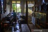Pekerja membuat kue ceper di rumah produksi Hj Atus di Jalan Cemara Raya, Banjarmasin, Kalimantan Selatan, Jumat (30/4/2021). Kue ceper merupakan kue tradisional asal Banjar, panganan yang sebagian besar terbuat dari tepung beras yang di cetak di atas ceper (loyang) itu hanya dijual selama bulan Ramadhan dengan harga perloyangnya Rp240 ribu hingga Rp300 ribu tergantung besar kecilnya loyang. Foto Antaranews Kalsel/Bayu Pratama S.