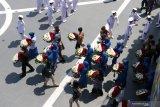 Keluarga awak KRI Nanggala 402 membawa karangan bunga yang akan ditabur kelaut dari geladag Helly KRI Dr Soeharso-990 di perairan utara pulau Bali, Bali, Jumat (30/4/2021). Kegiatan tabur bunga yang diikuti dari 53 keluarga awak KRI Nanggala 402 yang tenggelam diperairan utara Bali itu diwarnai kesedihan keluarga korban. Antara Jatim/Budi Candra Setya/zk