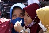 Keluarga awak KRI Nanggala 402 menangis saat menggelar Tabur Bunga dari geladag Helly KRI Dr Soeharso-990 di perairan utara pulau Bali, Bali, Jumat (30/4/2021). Kegiatan tabur bunga yang diikuti dari 53 keluarga awak KRI Nanggala 402 yang tenggelam diperairan utara Bali itu diwarnai kesedihan keluarga korban. Antara Jatim/Budi Candra Setya/zk