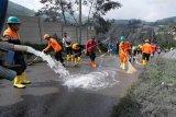 Membersihkan lumpur semburan erupsi freatik kawah SIleri