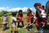 Bencana banjir yang melanda provinsi Nusa Tenggara Timur (NTT) di awal April 2021 telah menghancurkan banyak hidup masyarakat. Masyarakat harus mengungsi ke beberapa tempat pengungsian demi untuk melanjutkan hidup. Beberapa relawan Palang Merah Indonesia memberikan edukasi terkait Perilaku Hidup Bersih dan Sehat (PHBS) di Pengungsian Parak Walang, NTT untuk memutus rantai penyebaran COVID-19 yang masih tinggi. (Antara/HO/PMI-IFRC).
