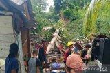 Polisi bersama warga evakuasi rumah tertimpa pohon durian