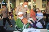 Batalyon Vaksinator TNI Polri lakukan pendampingan vaksin lansia serta bagikan takjil dan beras