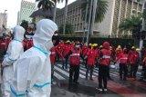 Polisi kerahkan personel berbaju hazmat saat menyikapi demo buruh