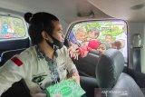 Karyawan LKBN Antara Biro Kalsel berbagi nasi kotak untuk berbuka puasa kepada masyarakat yang membutuhkan di Banjarmasin, Kalimantan Selatan, Sabtu (1/5/2021). LKBN ANTARA Biro Kalsel bersama PT. Adaro Indonesia berbagi makanan untuk berbuka puasa secara On The Road kepada masyarakat yang membutuhkan di Kota Banjarmasin. Foto Antaranews Kalsel/Bayu Pratama S.