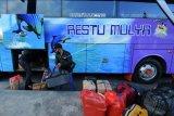 Penumpang memasukkan barang bawaan ke dalam bagasi bus di Terminal Tipe A Mengwi, Badung, Bali, Sabtu (1/5/2021). Jelang pemberlakuan larangan mudik Hari Raya Idul Fitri 1442 Hijriah pada 6-17 Mei 2021 mendatang, jumlah warga yang mudik lebih awal melalui terminal terbesar di Bali itu mengalami peningkatan sehingga tiket bus sudah habis terjual sejak (29/4) lalu. ANTARA FOTO/Nyoman Hendra Wibowo/nym.