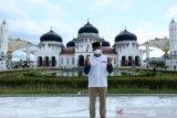 Menteri Pariwisata dan Ekonomi Kreatif (Menparekraf) Sandiaga Uno mengunjungi Masjid Raya Baiturrahman di Banda Aceh, Aceh, Minggu (2/5/2021). Selama berada di Provinsi Aceh sejak 1 Mei 2021, Menparekraf telah mengunjungi berbagai objek wisata berbasis sejarah, budaya dan religi di kota Sabang, Banda Aceh dan kabupaten Aceh Besar serta melihat perkembangan UMKM untuk membangkitkan sektor pariwisata dan ekonomi keatif ditengah pandemi COVID-19. Antara Aceh/Irwansyah Putra.