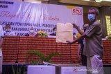 Panitia Pemilihan Kecamatan (PPK) memperlihatkan map yang berisi hasil rekapitulasi penghitungan suara tingkat kecamatan untuk di sampaikan saat Rapat Pleno Terbuka Rekapitulasi dan Penetapan Hasil Penghitungan Suara tingkat Kota di Hotel Gsign, Banjarmasin, Kalimantan Selatan, Minggu (2/5/2021). Komisi Pemilihan Umum (KPU) Kota Banjarmasin menggelar Rapat Pleno Terbuka Rekapitulasi dan Penetapan Hasil Penghitungan Suara Tingkat Kota Banjarmasin Pemungutan Suara Ulang Pemilihan Wali Kota dan Wakil Wali Kota Banjarmasin 2020 pascaputusan Mahkamah Konstitusi (MK). Foto Antaranews Kalsel/Bayu Pratama S.