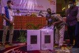 Panitia Pemilihan Kecamatan (PPK) membuka kotak suara yang berisi hasil rekapitulasi penghitungan suara tingkat kecamatan untuk di sampaikan saat Rapat Pleno Terbuka Rekapitulasi dan Penetapan Hasil Penghitungan Suara tingkat Kota di Hotel Gsign, Banjarmasin, Kalimantan Selatan, Minggu (2/5/2021). Komisi Pemilihan Umum (KPU) Kota Banjarmasin menggelar Rapat Pleno Terbuka Rekapitulasi dan Penetapan Hasil Penghitungan Suara Tingkat Kota Banjarmasin Pemungutan Suara Ulang Pemilihan Wali Kota dan Wakil Wali Kota Banjarmasin 2020 pascaputusan Mahkamah Konstitusi (MK). Foto Antaranews Kalsel/Bayu Pratama S.