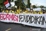Mahasiswa yang tergabung dalam BEM FKIP Unsil menggelar aksi unjuk rasa peringatan Hari Pendidikan Nasional di Gedung DPRD Kota Tasikmalaya, Jawa Barat, Senin (3/5/2021). Mereka menuntut pemerintah daerah untuk memperhatikan kesejahteraan guru honorer dan memberikan kesempatan untuk menjadi Pegawai Pemerintah dengan Perjanjian Kerja (PPPK). ANTARA JABAR/Adeng Bustomi/agr