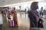 Model mengenakan pakaian Islami saat peragaan busana Ethica Airport Fashion Runway di ruang tunggu Bandara Husein Sastranegara, Bandung, Jawa Barat, Senin (3/5/2021). Kegiatan yang diselenggarakan Ethica dan Angkasa Pura II tersebut dalam rangka menghibur para pengguna transportasi udara dan wisatawan serta edukasi berbusana saat hari Raya Idul Fitri. ANTARA JABAR/M Agung Rajasa/agr