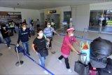 Calon penumpang pesawat udara membawa barang bawaan di area Terminal Domestik Bandara Internasional I Gusti Ngurah Rai, Badung, Bali, Senin (3/5/2021). Arus penumpang di Bandara Ngurah Rai Bali saat ini masih terpantau normal dan diperkirakan akan terjadi puncak arus penumpang menjelang pemberlakuan larangan mudik Hari Raya Idul Fitri 1442 Hijriah pada 6-17 Mei 2021 pada Rabu (5/5) mendatang. ANTARA FOTO/Fikri Yusuf/nym.