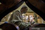 Umat Islam membaca Al Quran ketika beritikaf di Masjid Raya Sabilal Muhtadin, Banjarmasin, Kalimantan Selatan, Senin (3/5/2021). Itikaf di 10 hari terakhir Bulan Ramadan bertujuan meraih malam kemuliaan, dengan membaca Al-Quran, salat Tahajud, dan berzikir. Foto Antaranews Kalsel/Bayu Pratama S.
