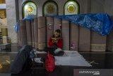 Umat Islam membaca Al Quran ketika beritikaf di Masjid Hasanuddin Madjedi, Banjarmasin, Kalimantan Selatan, Senin (3/5/2021). Itikaf di 10 hari terakhir Bulan Ramadan bertujuan meraih malam kemuliaan, dengan membaca Al-Quran, salat Tahajud, dan berzikir. Foto Antaranews Kalsel/Bayu Pratama S.