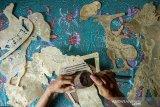 Perajin memproduksi wayang kulit di Panurat Jagat, Desa Banyuasih, Banyusari, Karawang, Jawa Barat, Senin (3/5/2021). Kerajinan wayang kulit yang dibuat dari bahan dasar kulit kerbau dan kulit sapi tersebut dijual dengan harga Rp500 ribu - Rp3 juta tergantung bahan kulit, karakter dan tingkat kesulitan. ANTARA JABAR/M Ibnu Chazar/agr