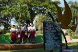 Murid kelas V SDN 02 Pangongangan mengikuti pembelajaran di luar kelas di kawasan Alun-alun Kota Madiun, Jawa Timur, Senin (5/3/2021). Pembelajaran di luar kelas yang baru pertama kali digelar sekolah tersebut sejak ditiadakannya kegiatan belajar mengajar selama lebih setahun masa pandemi COVID-19 dilakukan dengan menerapkan protokol kesehatan guna pencegahan penularan COVID-19. Antara Jatim/Siswowidodo/zk.