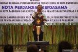 Menteri Koordinator Politik, Hukum dan Keamanan (Menkopolhukam) Mahfud MD memberi sambutan saat acara nota kesepahaman dan perjanjian kerjasama rencana pembangunan lapas baru di Gedung Gradika, Kota Pasuruan, Jawa Timur, Senin (3/5/2021). Pemkot Pasuruan dan Kanwil Kemenkumham Jawa Timur berencana membangun lapas baru yang terintegrasi dengan pusat rehabilitasi pecandu narkotika dan pondok pesantren dalam satu kawasan seluas lima hektar. Antara Jatim/Umarul Faruq/zk.
