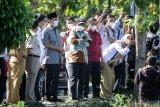 Menteri Koordinator Politik, Hukum dan Keamanan (Menkopolhukam) Mahfud MD (keempat kiri) Walikota Pasuruan Saifullah Yusuf (ketiga kiri) meninjau lahan lokasi rencana pembangunan lapas baru di Gedung Gradika, Kota Pasuruan, Jawa Timur, Senin (3/5/2021). Pemkot Pasuruan dan Kanwil Kemenkumham Jawa Timur berencana membangun lapas baru yang terintegrasi dengan pusat rehabilitasi pecandu narkotika dan pondok pesantren dalam satu kawasan seluas lima hektar. Antara Jatim/Umarul Faruq/zk.