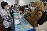 Pengunjung memilih buku hasil karya tulis guru di Dinas Pendidikan, Kota Kediri, Jawa Timur, Senin (3/5/2021). Sedikitnya 400 judul buku karya sejumlah guru dipamerkan guna mendorong semangat guru untuk menulis sekaligus memperingati Hari Pendidikan Nasional. Antara Jatim/Prasetia Fauzani/zk.