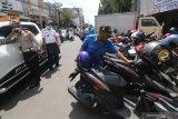 Polisi lalu lintas Polres Kediri Kota melakukan penertiban terhadap parkir liar di Kota Kediri, Jawa Timur, Senin (3/5/2021). Sejumlah titik parkir liar di kawasan tersebut dibubarkan polisi karena menyalahi aturan dan memicu kemacetan lalu lintas. Antara Jatim/Prasetia Fauzani/zk.