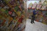 Pembeli melihat contoh-contoh parcel yang dijual di salah satu toko parcel di Surabaya, Jawa Timur, Senin (3/5/2021). Menjelang Idul Fitri 1442 H, penjualan parcel lebaran yang dibanderol dengan harga mulai Rp95 ribu hingga Rp3 juta tersebut meningkat hingga 85 persen dibandingkan dengan tahun lalu. Antara Jatim/Moch Asim/zk.