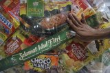 Pekerja memasang kertas tulisan pada parcel yang dijual di salah satu toko parcel di Surabaya, Jawa Timur, Senin (3/5/2021). Menjelang Idul Fitri 1442 H, penjualan parcel lebaran yang dibanderol dengan harga mulai Rp95 ribu hingga Rp3 juta tersebut meningkat hingga 85 persen dibandingkan dengan tahun lalu. Antara Jatim/Moch Asim/zk.