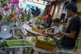 Pekerja merangkai parcel Lebaran di Pataruman, Kota Tasikmalaya, Jawa Barat, Senin (3/5/2021). Pengusaha parcel mengaku menjelang Lebaran permintaan parcel berisikan makanan, minuman, hiasan dinding dan barang-barang keramik mulai meningkat dengan memproduksi 100-200 parcel per hari dan dijual dengan harga Rp100 ribu hingga Rp3 juta per parcel. ANTARA JABAR/Adeng Bustomi/agr