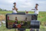 Group musik Sadana Art menampilkan pertunjukan musik tradisional secara virtual di Desa Kutagandok, Kutawaluya, Karawang, Jawa Barat, Senin (3/5/2021). Pertunjukan musik tersebut untuk menghibur masyarakat dan mengampanyekan di rumah saja saat masa pemberlakuan larangan mudik Lebaran 2021. ANTARA JABAR/M Ibnu Chazar/agr