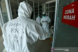 Tenaga medis ruang rawat Pinere Rumah Sakit Umum Daerah (RSUD) Meuraxa memakai kostum Alat Pengaman Diri (APD) COVID-19 yang bertuliskan pesan