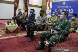 Gubernur Aceh Nova Iriansyah bersama Forkopimda mengikuti vidcon rapat koordinasi penanganan COVID-19 dengan Menteri Dalam Negeri, Menteri Kesehatan, Menteri Perhubungan, Menteri Agama dan Kepala BNPB/Kasatgas Covid 19 di Pendopo Gubernur Aceh, Banda Aceh, Senin (3/5/2021). Antara Aceh/HO