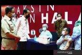 Presiden Joko Widodo tinjau pelaksanaan vaksinasi pada pelaku usaha di Jakarta
