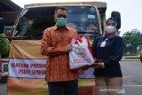 Presiden menyalurkan 10.000 paket sembako untuk warga NTB