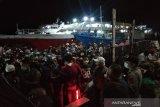 Penumpang kapal malam Kendari-Raha membludak menjelang larangan mudik