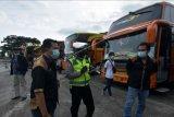 Polisi Lalu Lintas Polres Badung mendata bus yang penumpangnya tidak membawa surat keterangan hasil negatif tes cepat COVID-19 saat kegiatan pengetatan di Terminal Tipe A Mengwi, Badung, Bali, Selasa (4/5/2021). Sebanyak 15 bus Antar Kota Antar Provinsi (AKAP) tidak diizinkan melanjutkan perjalanan menuju Pulau Jawa karena penumpangnya belum mengantongi surat keterangan sehat bebas COVID-19. ANTARA FOTO/Nyoman Hendra Wibowo/nym.