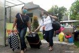 Pekerja Migran Indonesia (PMI) bersiap pulang ke kampungnya setelah menjalani karantina di Balai Diklat PNS Licin, Banyuwangi, Jawa Timur, Selasa (4/5/2021). Sebanyak 35 orang dari 80 PMI di Banyuwangi diperbolehkan pulang kekampunya setelah melakukan persyaratan karantina selama 3 hari di Wisma Haji Surabaya dan 2 hari di kota asal dengan hasil swab PCR Negatif. Antara Jatim/Budi Candra Setya/zk