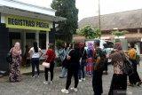 Sejumlah Pekerja Migran Indonesia (PMI) antre menunggu hasil pemeriksaan swab PCR di tempat karantina Balai Diklat PNS Licin, Banyuwangi, Jawa Timur, Selasa (4/5/2021). Sebanyak 35 orang dari 80 PMI di Banyuwangi diperbolehkan pulang kekampunya setelah melakukan persyaratan karantina selama 3 hari di Wisma Haji Surabaya dan 2 hari di kota asal dengan hasil swab PCR Negatif. Antara Jatim/Budi Candra Setya/zk