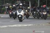 Sejumlah pemudik sepeda motor melintas di jalur Pantura Pilangsari, Jatibarang, Indramayu, Jawa Barat, Selasa (4/5/2021). Jelang larangan mudik Lebaran yang mulai pada 6-17 Mei 2021 sejumlah pemudik pengendara motor mulai melintas di jalur pantura dari arah Jakarta menuju Jawa Tengah. ANTARA JABAR/Dedhez Anggara/agr
