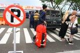 Sejumlah penumpang berjalan menuju area parkir di depan Terminal Kedatangan Bandara Abdul Rahman Saleh, Malang, Jawa Timur, Selasa (4/5/2021). Sebagian penumpang memilih melakukan perjalanan mudik lebih awal untuk menghindari masa larangan mudik yang berlaku pada tanggal 6-17 Mei 2021 mendatang. Antara Jatim/Ari Bowo Sucipto/zk