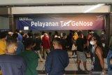 Penumpang dari Pulau Bali antre Tes Genose di Pelabuhan Ketapang Banyuwangi, Jawa Timur, Minggu (2/5/2021). Warga yang melakukan perjalanan dari pulau Bali menuju pulau Jawa tanpa dilengkapi surat kesehatan diwajibkan untuk melakukan pemeriksaan Rapid test guna memastikan kondisinya dalam keadaan sehat. Antara Jatim/Budi Candra Setya/zk