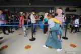 Calon penumpang mengantre untuk menjalani tes deteksi COVID-19 dengan metode GeNose C19 di Stasiun Gubeng Surabaya, Jawa Timur, Selasa (4/5/2021). Selama masa larangan mudik Hari Raya Idul Fitri 1442 Hijriah pada 6-17 Mei 2021 PT Kereta Api Indonesia (Persero) mengoperasikan Kereta Api Jarak Jauh hanya bagi pelaku perjalanan mendesak untuk kepentingan non mudik yaitu untuk bekerja atau perjalanan dinas, kunjungan keluarga sakit, kunjungan duka anggota keluarga meninggal, ibu hamil yang didampingi oleh satu orang anggota keluarga, dan kepentingan non mudik tertentu lainnya yang dilengkapi surat keterangan dari Kepala Desa/Lurah setempat. Antara Jatim/Didik Suhartono/zk
