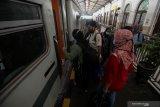 Penumpang mengantri naik ke kereta api di Stasiun Gubeng Surabaya, Jawa Timur, Selasa (4/5/2021). Selama masa larangan mudik Hari Raya Idul Fitri 1442 Hijriah pada 6-17 Mei 2021 PT Kereta Api Indonesia (Persero) mengoperasikan Kereta Api Jarak Jauh hanya bagi pelaku perjalanan mendesak untuk kepentingan non mudik yaitu untuk bekerja atau perjalanan dinas, kunjungan keluarga sakit, kunjungan duka anggota keluarga meninggal, ibu hamil yang didampingi oleh satu orang anggota keluarga, dan kepentingan non mudik tertentu lainnya yang dilengkapi surat keterangan dari Kepala Desa/Lurah setempat. Antara Jatim/Didik Suhartono/zk