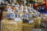 Calon pembeli memilih berbagai jenis kue kering yang dijual di Pasar Sudimampir Banjarmasin, Kalimantan Selatan, Selasa (4/5/2021). Menurut pedagang, seiring kembali bergeliatnya ekonomi masyarakat, omzet penjualan kue kering menjelang lebaran tahun ini mengalami peningkatan hingga 70 persen dari tahun sebelumnya yang mengalami penurunan hingga 70 persen. Foto Antaranews Kalsel/Bayu Pratama S.