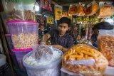 Pedagang melayani pembeli kue kering di Pasar Sudimampir Banjarmasin, Kalimantan Selatan, Selasa (4/5/2021). Menurut pedagang, seiring kembali bergeliatnya ekonomi masyarakat, omzet penjualan kue kering menjelang lebaran tahun ini mengalami peningkatan hingga 70 persen dari tahun sebelumnya yang mengalami penurunan hingga 70 persen. Foto Antaranews Kalsel/Bayu Pratama S.
