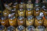 Pedagang kue kering melayani konsumen di Pasar Sudimampir Banjarmasin, Kalimantan Selatan, Selasa (4/5/2021). Menurut pedagang, seiring kembali bergeliatnya ekonomi masyarakat, omzet penjualan kue kering menjelang lebaran tahun ini mengalami peningkatan hingga 70 persen dari tahun sebelumnya yang mengalami penurunan hingga 70 persen. Foto Antaranews Kalsel/Bayu Pratama S.