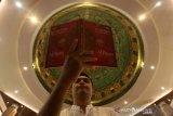 Umat Islam melaksanakan itikaf akhir Ramadhan dengan membaca Alquran dan memperbanyak ibadah di Masjid Al-Makmur, Banda Aceh, Aceh, Selasa (4/5/2021). Memasuki 10 hari terakhir bulan suci Ramadhan kaum muslim memadati masjid untuk menambah amalan dan meningkatkan ibadah untuk mendapat ampunan dari Allah SWT. Antara Aceh/Irwansyah Putra.