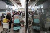 Calon penumpang pesawat membawa barang bawaan di area Terminal Bandara Internasional Juanda Surabaya di Sidoarjo, Jawa Timur, Rabu (5/5/2021). Jelang pemberlakuan larangan mudik Hari Raya Idul Fitri 1442 Hijriah pada 6-17 Mei 2021, aktivitas di Bandara Juanda terpantau ramai dengan jumlah penumpang sekitar 23.000 orang. Antara Jatim/Umarul Faruq/zk